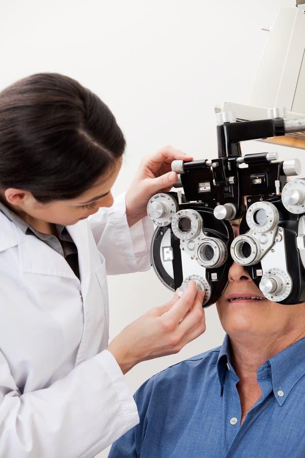 Examen d'oeil avec Phoropter photo libre de droits
