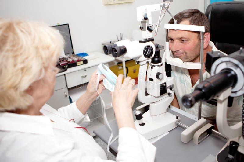 Examen dans la clinique d'ophthalmologie photographie stock libre de droits