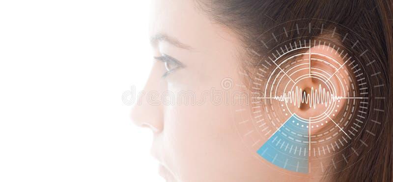 Examen de l'audition montrant l'oreille de la jeune femme avec la technologie de simulation d'ondes sonores photographie stock libre de droits