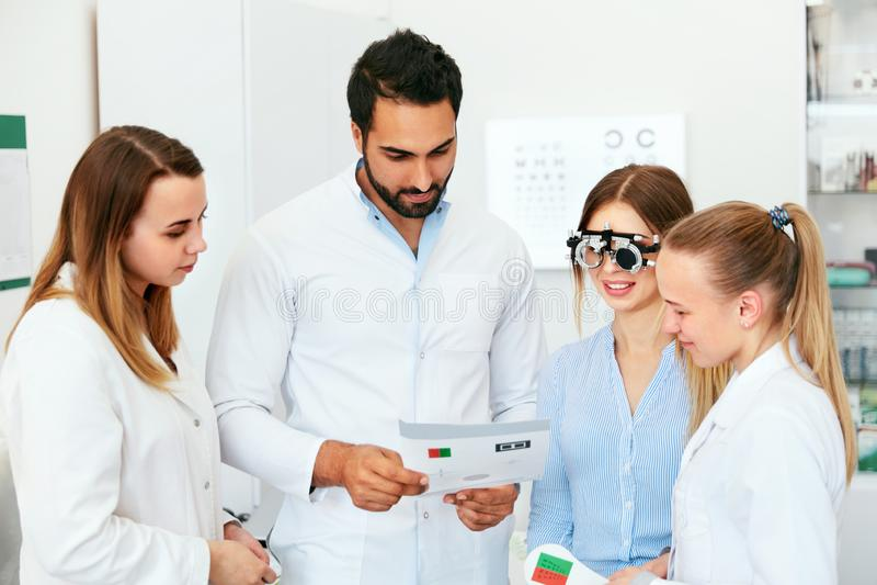 Examen de la vista Vidrios de la optometría de los doctores Checking Woman Eyesight With imagen de archivo libre de regalías