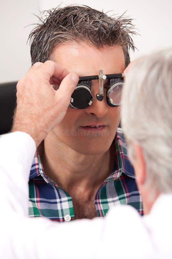 Examen de la vue avec les lunettes de mesure images stock