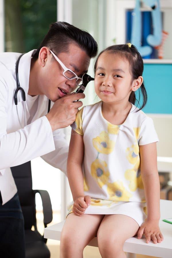 Examen de oído en la oficina del pediatra fotografía de archivo libre de regalías