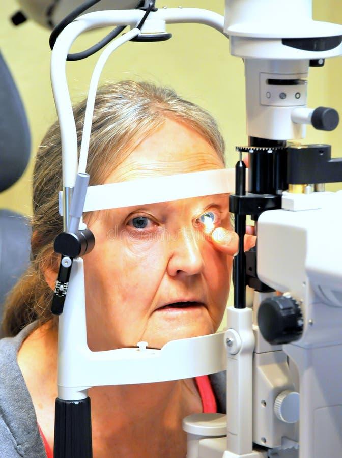 Examen de ojos femenino maduro fotografía de archivo libre de regalías