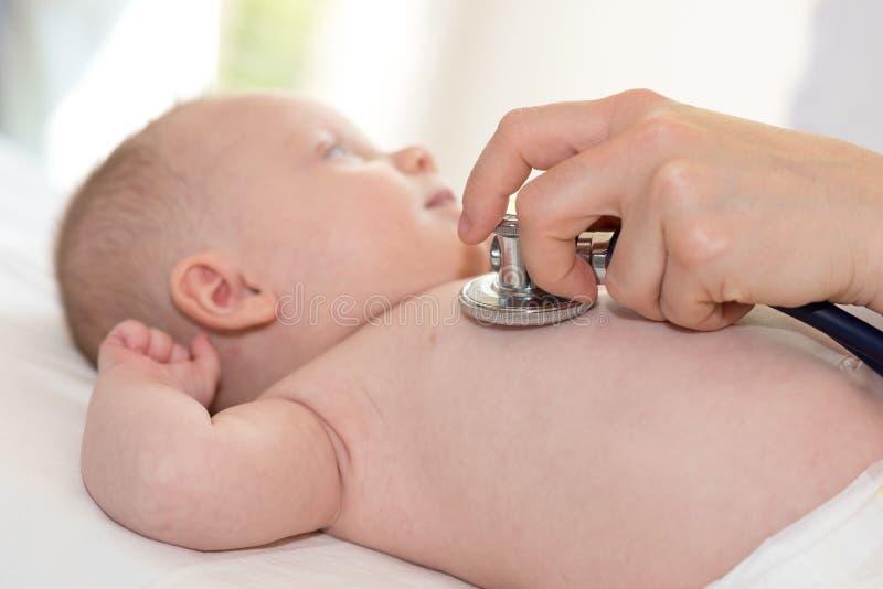 Examen del bebé con el estetoscopio imagen de archivo