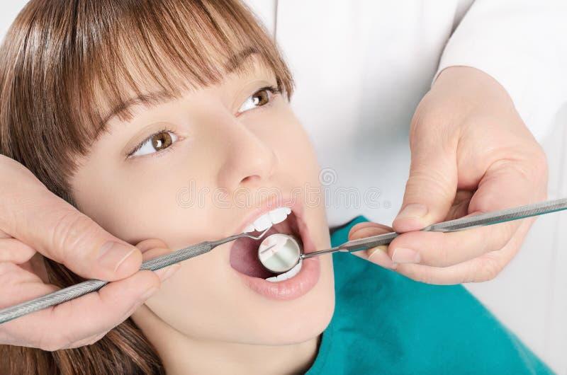 Examen dental de la muchacha alegre agradable fotos de archivo libres de regalías