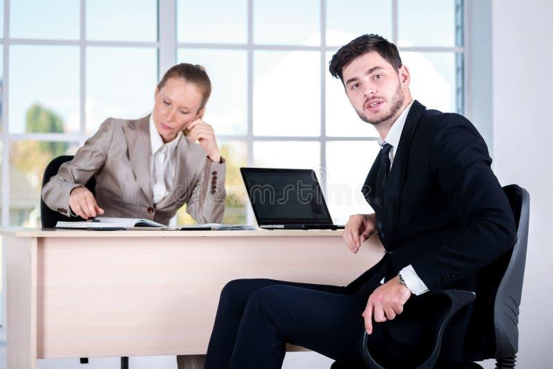 Examen des problèmes commerciaux Homme d'affaires deux s'asseyant au photo stock