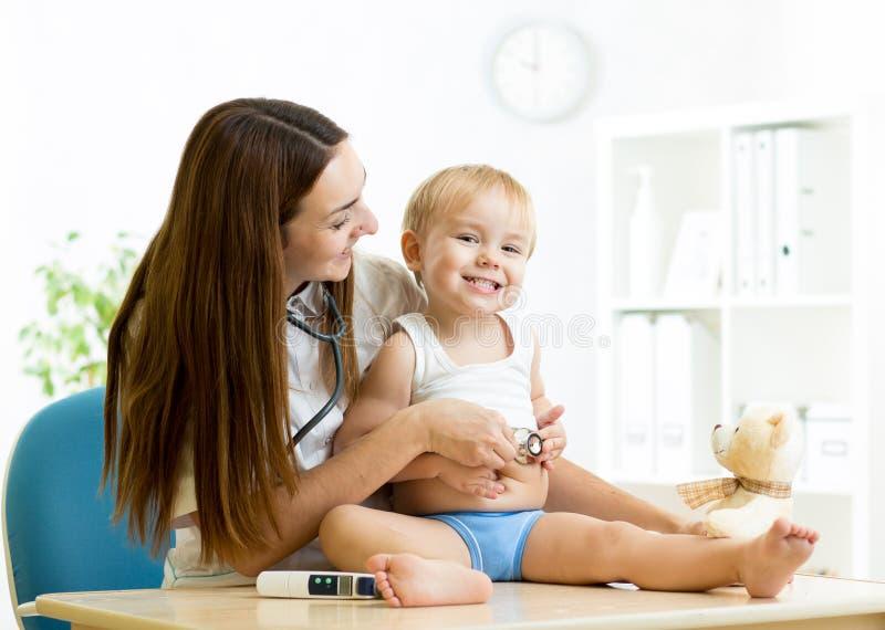Examen femelle de pédiatre de l'enfant avec images stock