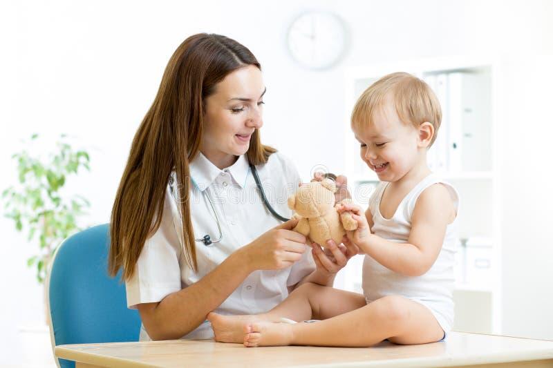 Examen femelle de pédiatre de l'enfant dans l'hôpital images stock