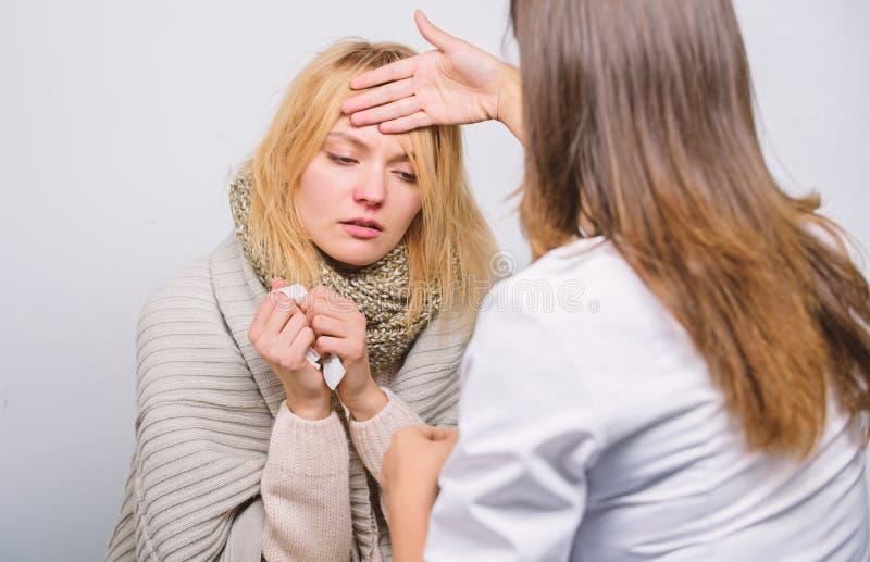 Examen médical Docteur et concept patient Symptômes adultes de fièvre Traitement et quand appeler le docteur Docteur dans le labo images libres de droits