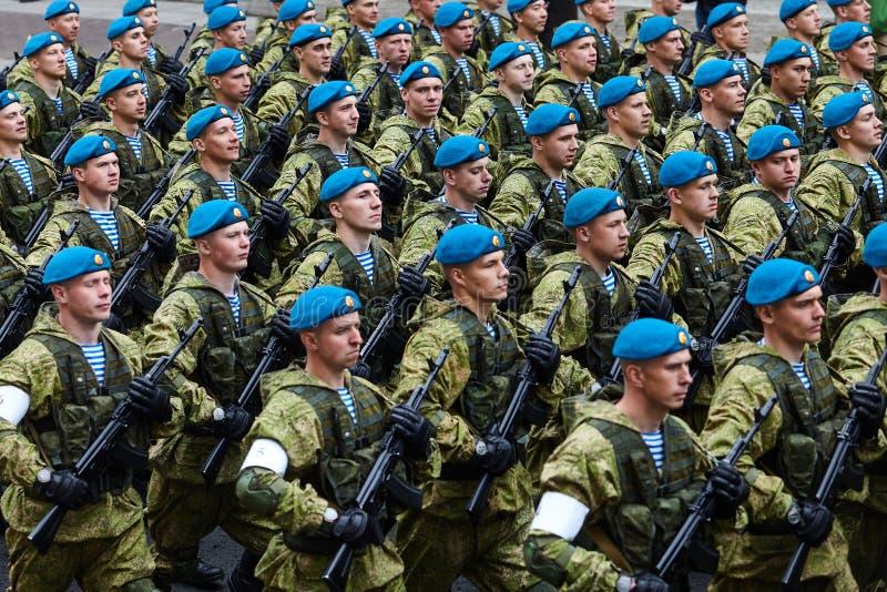 Examen préparatoire des troupes du nord-ouest avant le défilé en l'honneur de la victoire dans la deuxième guerre mondiale sur le image stock