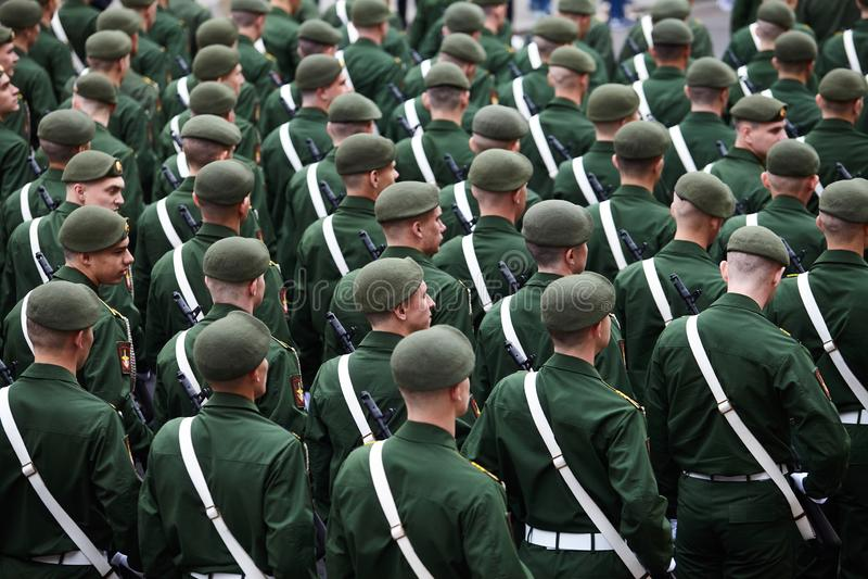 Examen préparatoire des troupes du nord-ouest avant le défilé en l'honneur de la victoire dans la deuxième guerre mondiale sur le photos stock