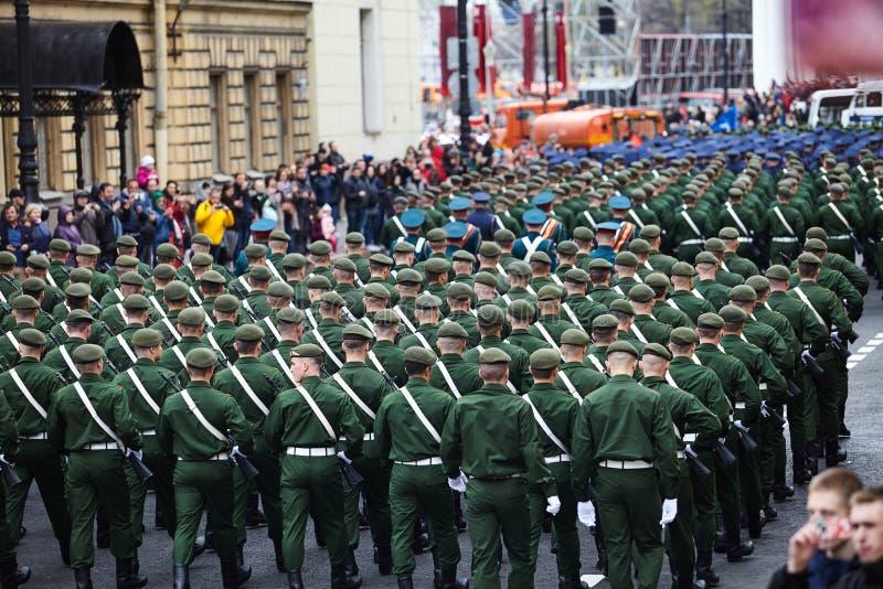 Examen préparatoire des troupes du nord-ouest avant le défilé en l'honneur de la victoire dans la deuxième guerre mondiale sur le images stock
