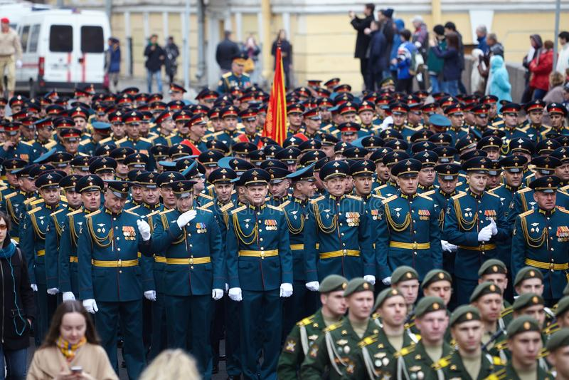 Examen préparatoire des troupes du nord-ouest avant le défilé en l'honneur de la victoire dans la deuxième guerre mondiale sur le photo stock