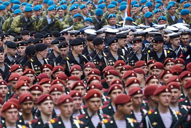 Examen préparatoire des troupes du nord-ouest avant le défilé en l'honneur de la victoire dans la deuxième guerre mondiale sur le photographie stock