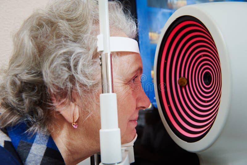 Exames da visão na clínica da oftalmologia imagens de stock royalty free