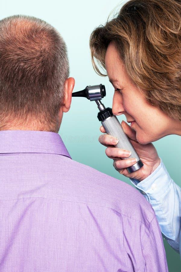 Examinación de oído imagen de archivo