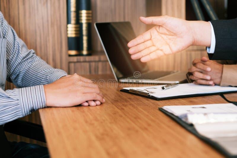 Examinador que lee un curriculum vitae durante entrevista de trabajo en el negocio de la oficina y el concepto de los recursos hu foto de archivo libre de regalías