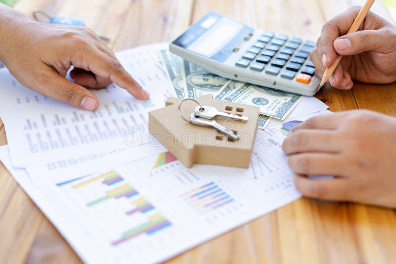 Examinando inspetores estão verificando relatórios da contabilidade e do imposto para submeter empréstimos para comprar casas dos imagem de stock