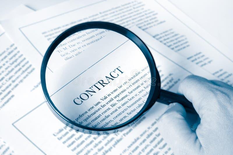 Examinando um contrato imagens de stock