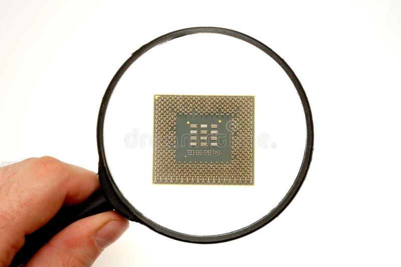 Examinando um microprocessador foto de stock royalty free