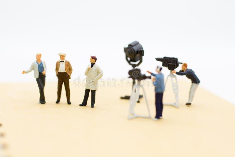 Examinatorn intervjuar gäster med kamera- och videotillfångatagandet Bildbruk för underhållningsindustri fotografering för bildbyråer