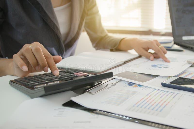 Examine o conceito, executivos de relatório de mercado financeiro, equilíbrio calculador Preste serviços de manutenção a verifica imagens de stock