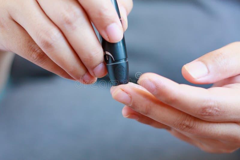 Examinez le glucose sanguin pour le diabète photos libres de droits