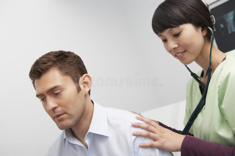 Examining Patient Using Stethoscope医生 库存照片