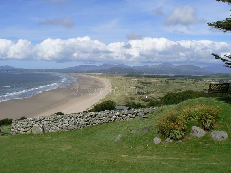Exansive kust- strand från en på hög nivå visningpunkt royaltyfria foton