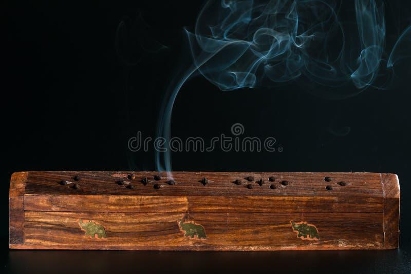Exaspérez la boîte et la fumée photos stock