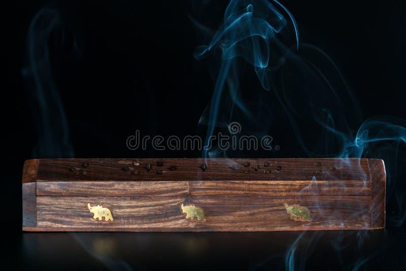 Exaspérez la boîte et la fumée photo stock
