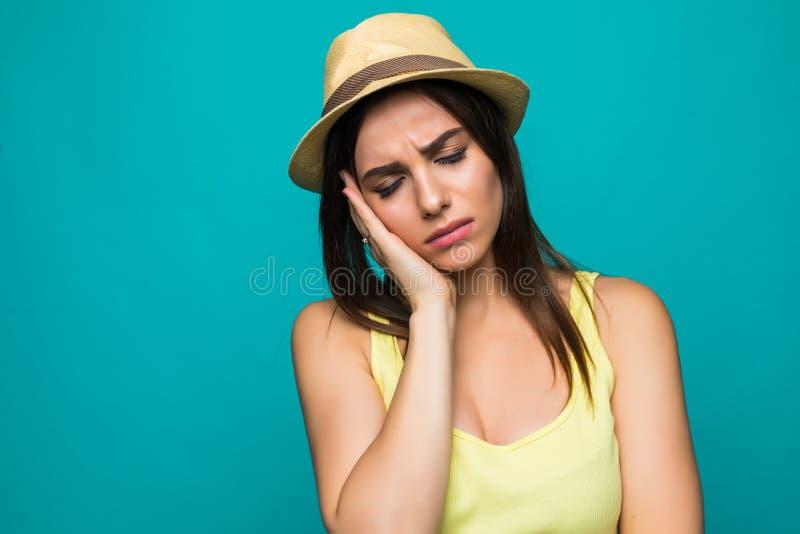 Exaspérez la femelle garde des mains sur des temples, sent le mal de tête fort, ferme des yeux avec douleur, sommeil sain du beso photographie stock