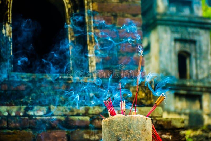 Exaspérez les bâtons dans le complexe bouddhiste de pagoda de Bich Dong, Tam Coc, Ninh Binh, Vietnam photo libre de droits
