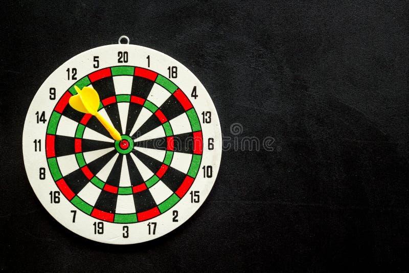 Exatidão do conceito de precisão Dartboard e setas no espaço de cópia superior de visão em plano de fundo preto imagens de stock