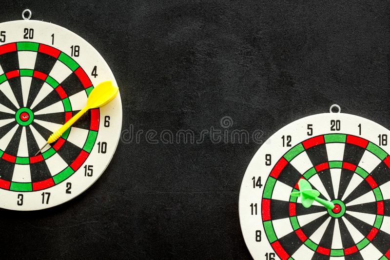 Exatidão do conceito de precisão Dartboard e setas no espaço de cópia superior de visão em plano de fundo preto foto de stock