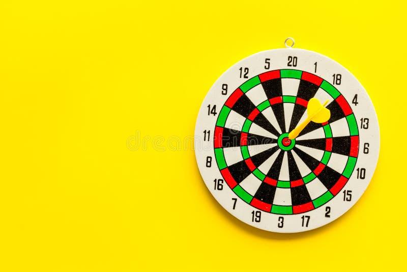 Exatidão do conceito de precisão Quadro de desenho e setas no espaço de cópia superior de visão de fundo amarelo foto de stock