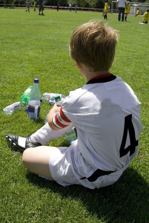 Exausted Junge nimmt einen Rest lizenzfreies stockbild
