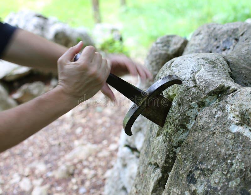 Excalibur известная шпага в камне короля Артура в fo стоковые фотографии rf
