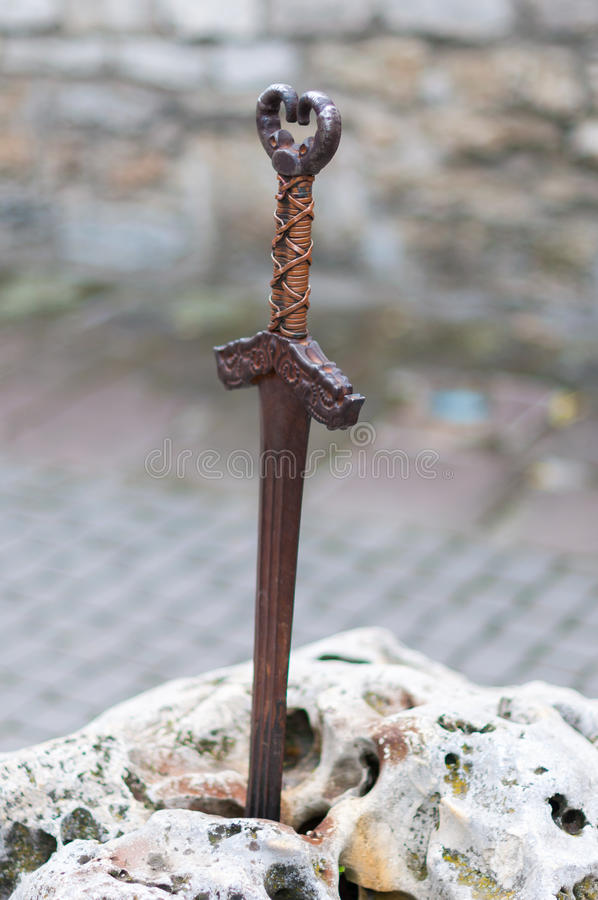 Excalibur svärd för konung Arthurs i stenen royaltyfria foton