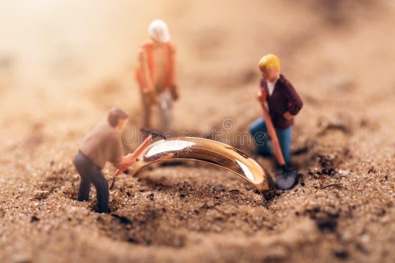 Excavación del oro o concepto de la arqueología imagen de archivo