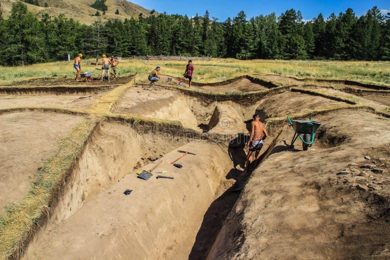 Excavaciones arqueológicas de la sociedad geográfica rusa en el sitio del Scythian kurgan fotografía de archivo