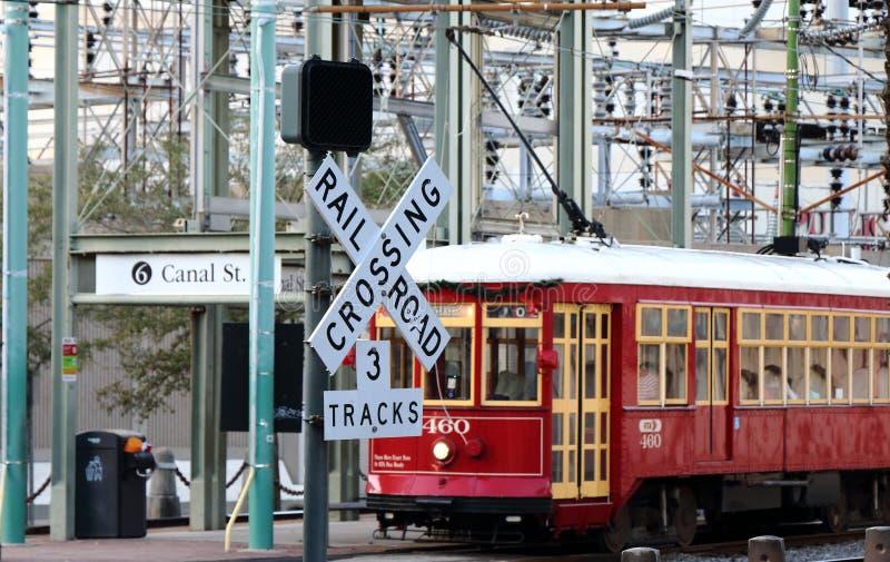 Excavado en el ferrocarril que cruza como tranv?a pasajero, New Orleans, Luisiana imágenes de archivo libres de regalías