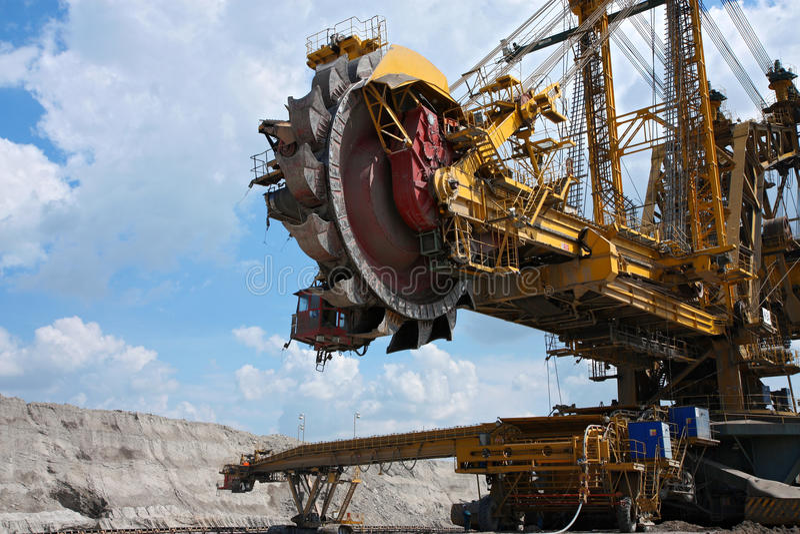 Excavador de acero amarillo en mina de carbón imagen de archivo libre de regalías