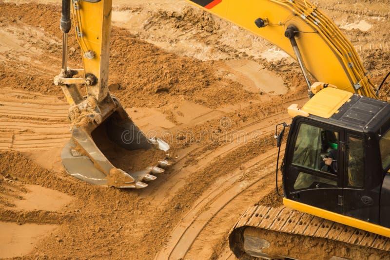 Excavador de trabajo Tractor Digging un foso imágenes de archivo libres de regalías
