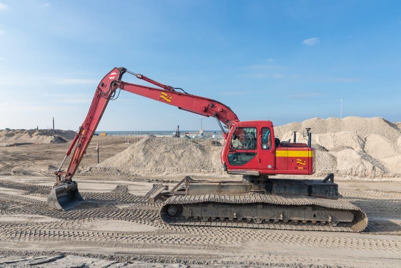 Excavador en el emplazamiento de la obra para construir un nuevo puerto holandés imagen de archivo libre de regalías