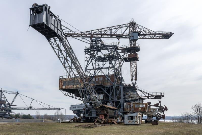 Excavador en el lignito averiado Ferropolis a cielo abierto - Alemania imagen de archivo