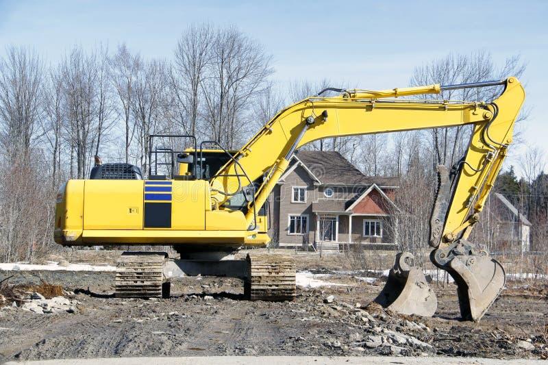 Excavador en emplazamiento de la obra en la novedad fotografía de archivo