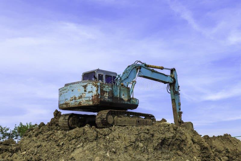 Excavador grande en emplazamiento de la nueva obra imagenes de archivo