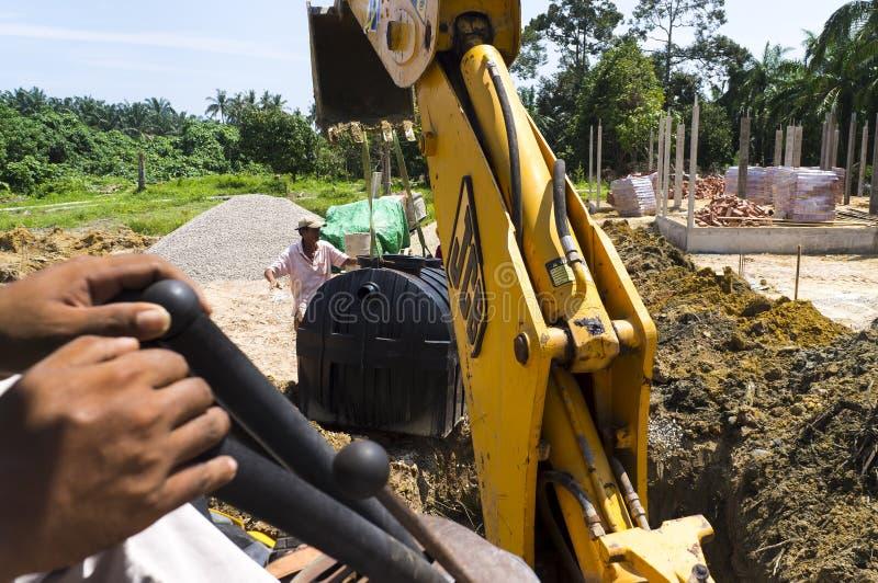 Excavador hidráulico que trabaja en el emplazamiento de la obra foto de archivo libre de regalías