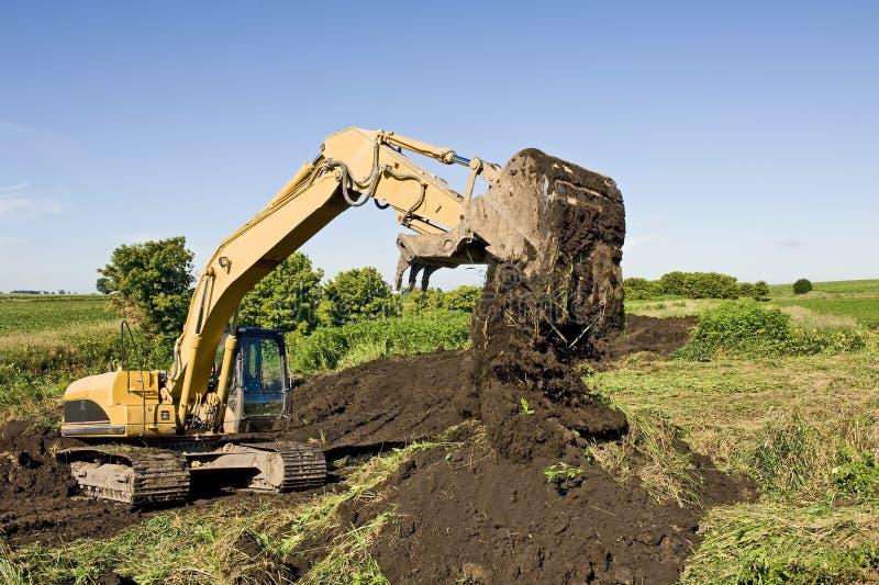Excavador Moving Dirt foto de archivo libre de regalías